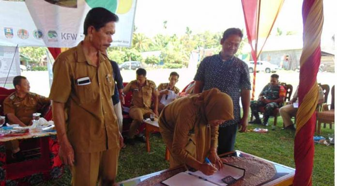 Peratin Pakunegara menandatangani Rancangan Kesepakatan Konservasi Daerah.